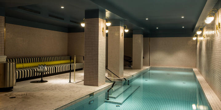 Swimming pool xat Hotel du Rond Point des Champs Elysees in Paris